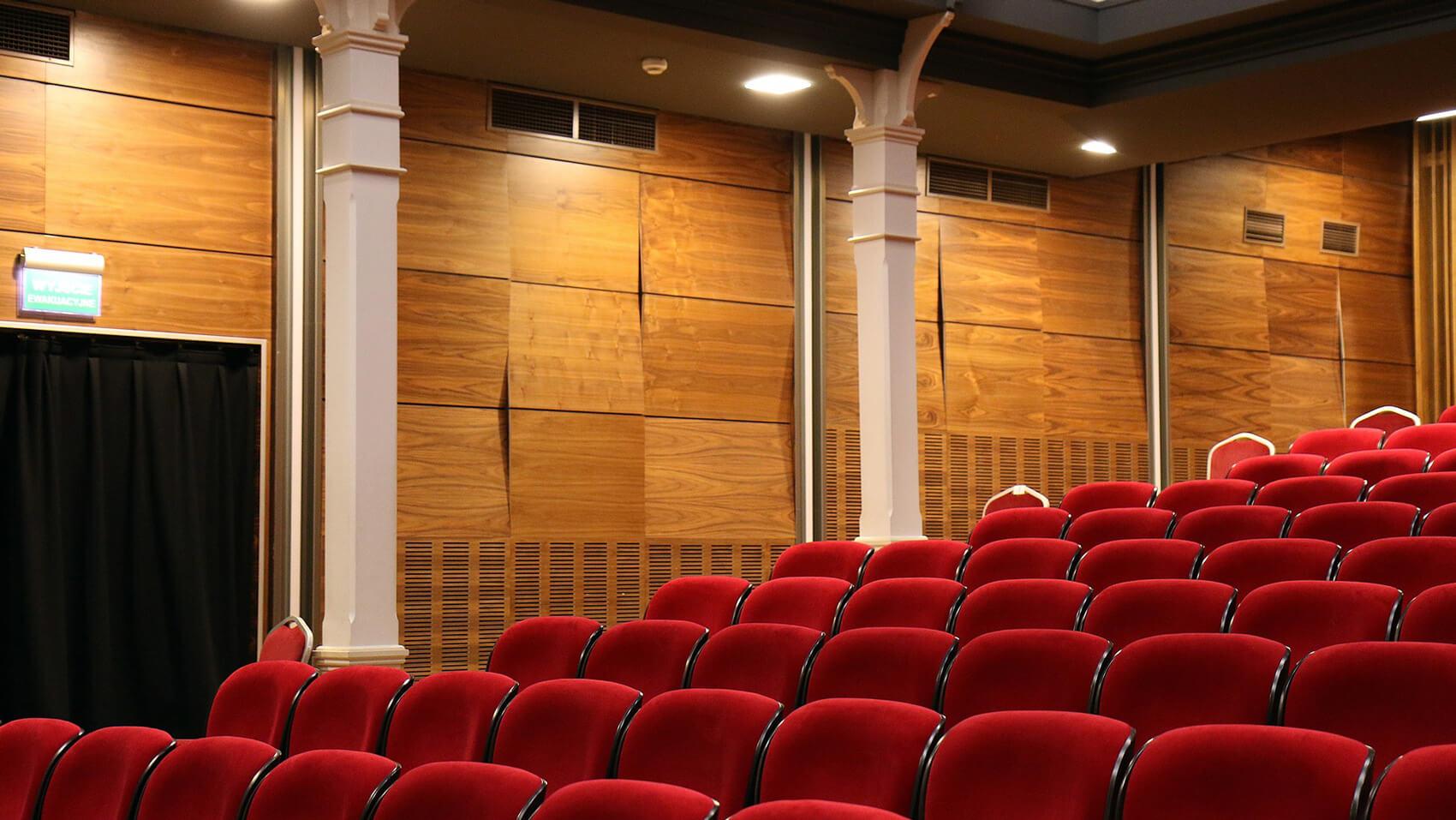 Assentos do Teatro Clara Nunes. Matéria sore o incêndio no teatro