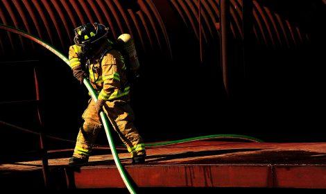 bombeiro em brigada de incêndio